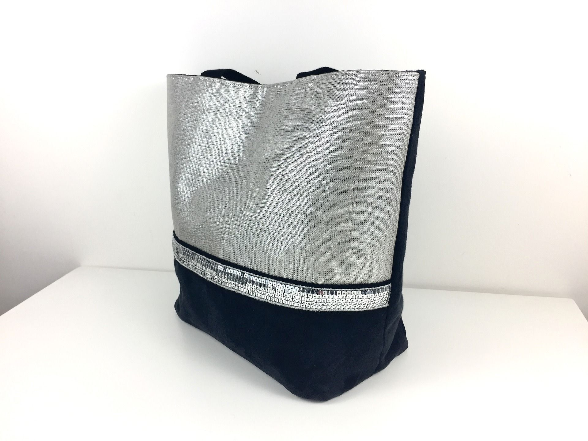fc4dffb411 Sac cabas en lin argenté et en suédine noire , paillettes argent : Sacs à  main par fil-des-toiles