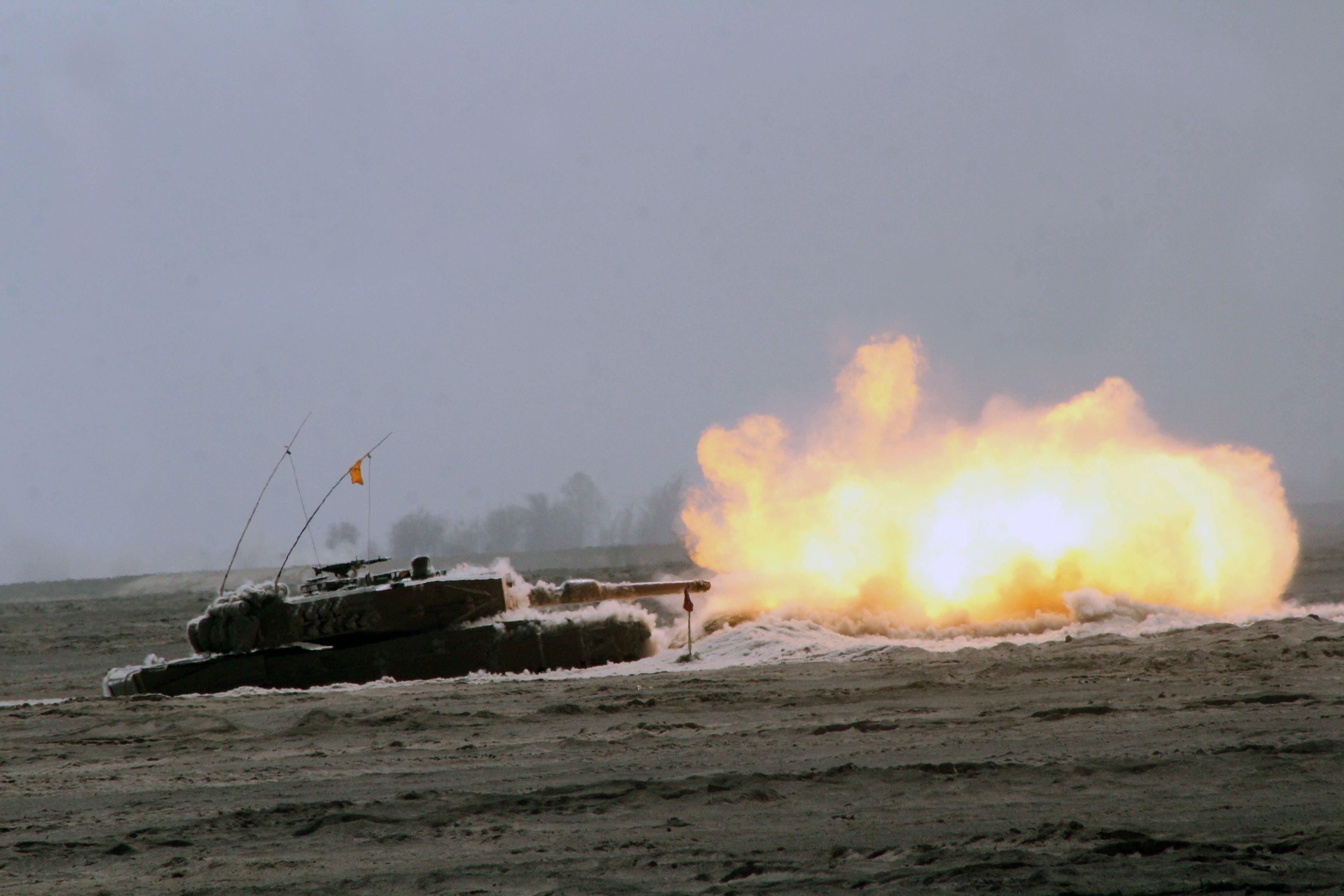 Chilean Leopard 2A4CHL firing its gun [3456 x 2304]