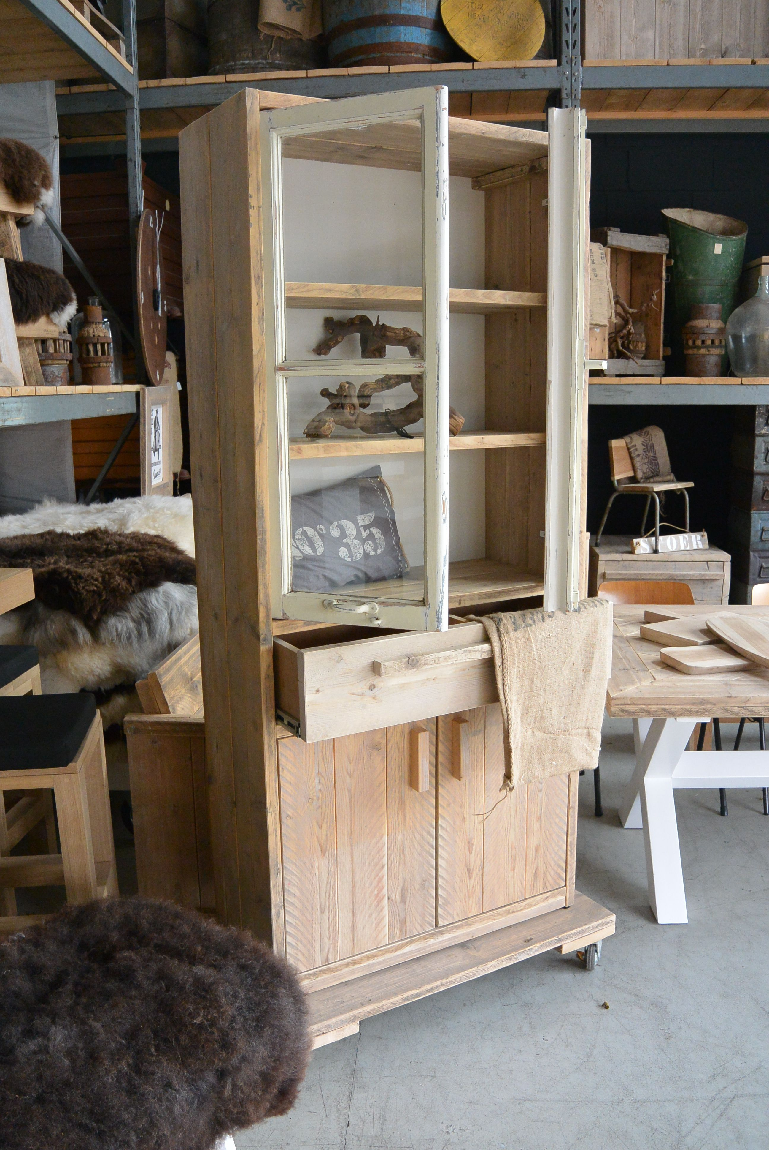 Boekenkast/ vitrinekast van steigerhout gecombineerd met echt oude ...