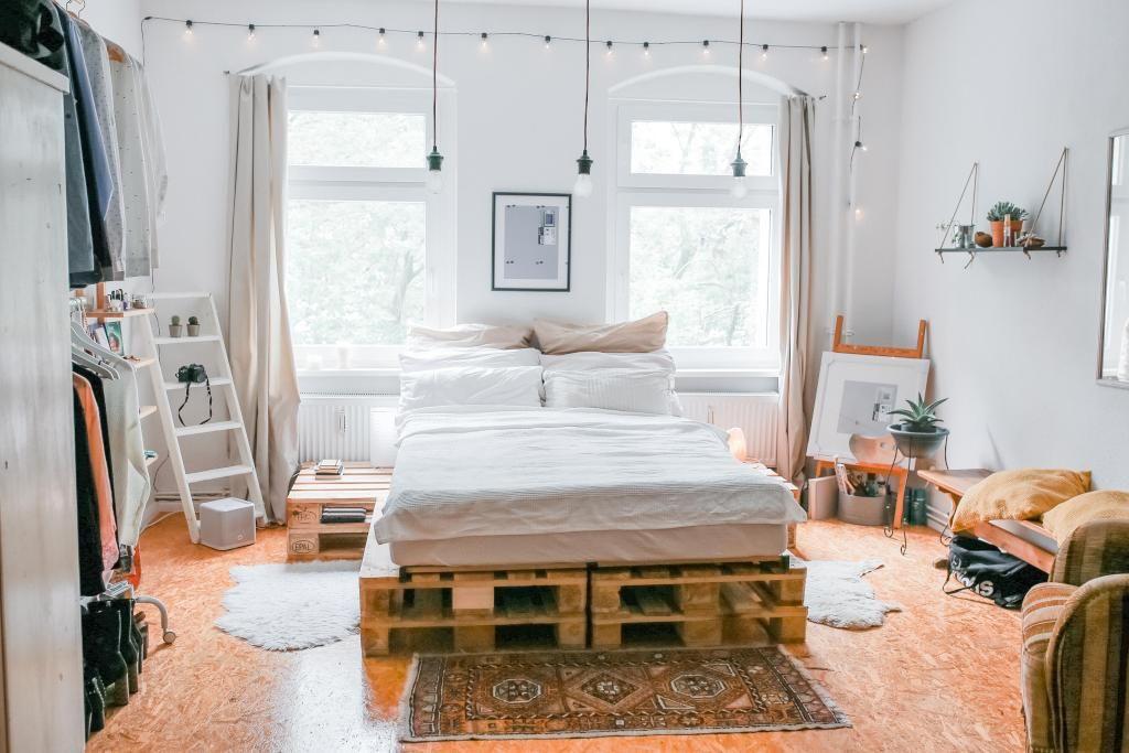 wundersch nes schlafzimmer mit diy bett und diy beistelltisch diy bett paletten. Black Bedroom Furniture Sets. Home Design Ideas