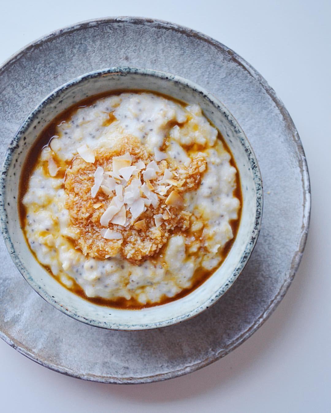 """@groedgrisen på Instagram • Varm grød i drømmekage-edition 👀  Lav en """"glasur"""" af 10g vaniljeproteinpulver og lidt vand. Når grøden er næsten færdig, tilsættes glasuren, der blandes godt, og grøden koges færdig. Toppingen laves ved at smelte 10g smør i en gryde, og derefter tilsætte 10g kokosmælk, 10g kokosmel og 10g zero pure gold. Røre rundt og lade det blive ligesom var det til en drømmekage! Evt lav det dagen før, og sæt det i køleskabet, så den samler sig."""