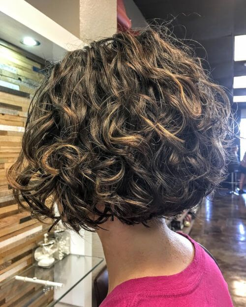 This is a short, layered, naturally and curly bob … | Pinteres…