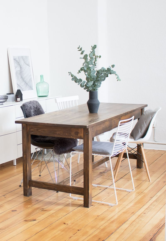 Einfaches Esszimmer Mit Vintage Tisch, Stuhl Mix Und Eukalyptus Deko.