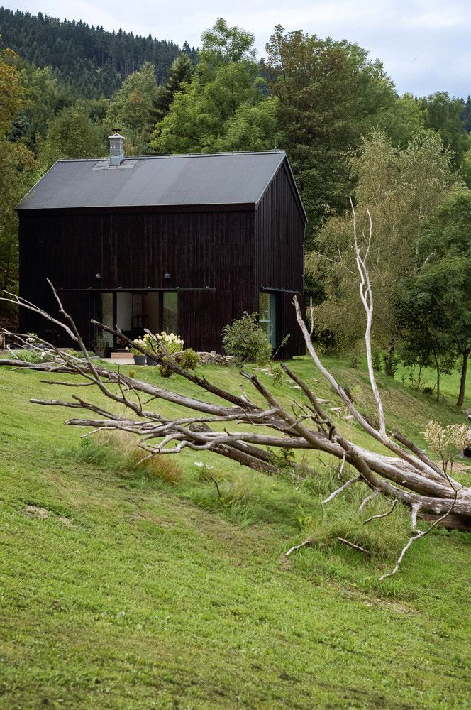 チェコの郊外に建つ納屋をリノベーションしたロフトハウス