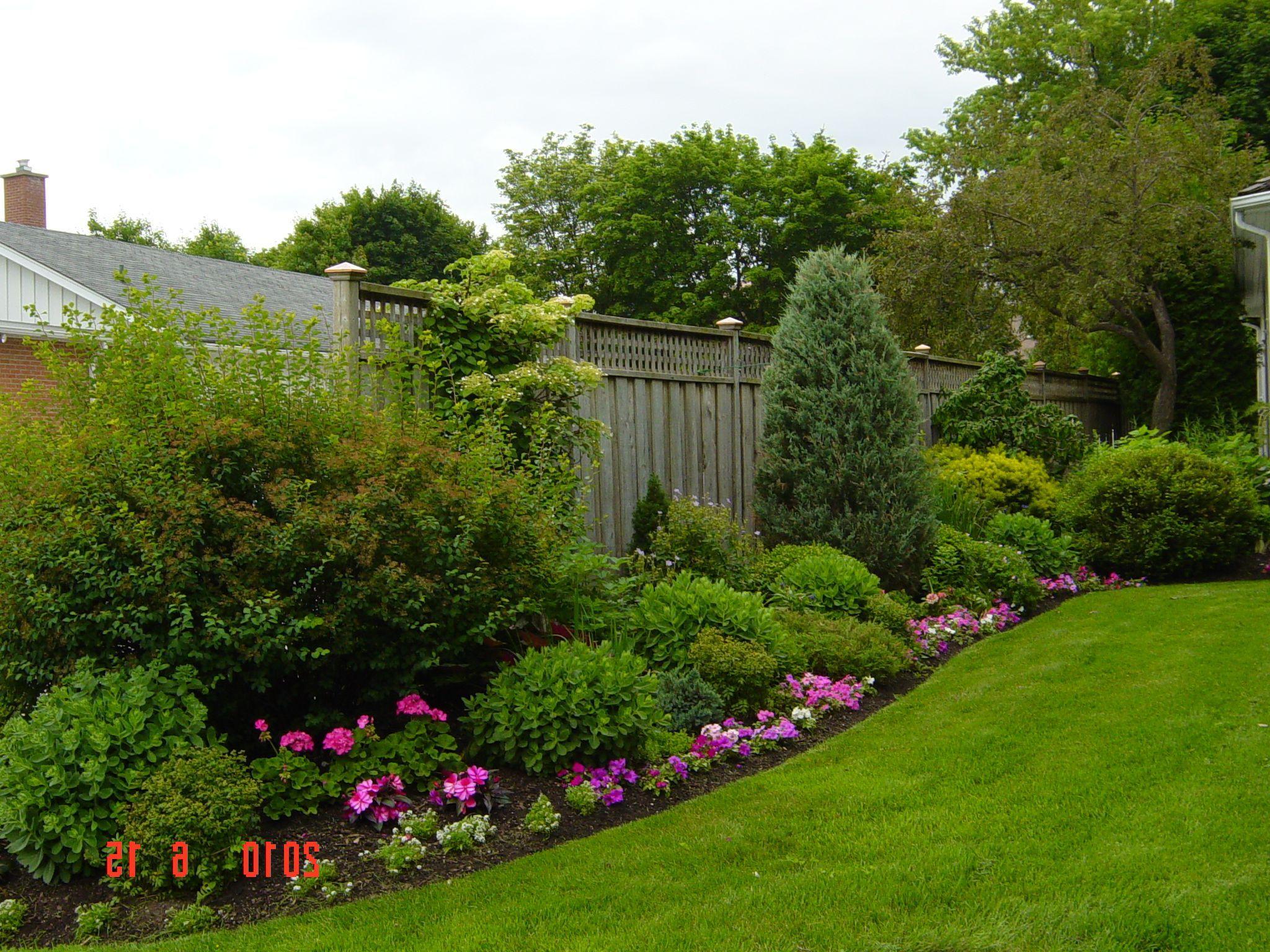 Amazing Backyard Landscaping Ideas Along Fence Landscaping Against