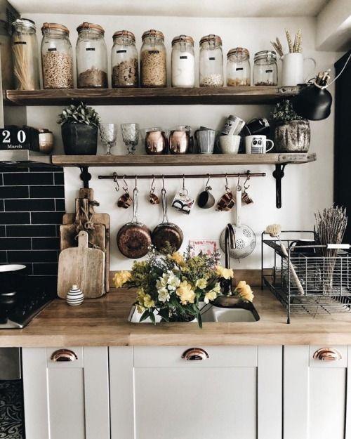 just love this modern, simple and rustic kitchen! - Jeder von uns hat unterschiedliche Bedürfnisse und materielle Möglichkeiten, jedoch unterschiedliche Geschmäcker und Eigenheime. Einige von uns leben in kleinen Häusern, andere in großen Häusern, manche mögen klassische Möbel, manche mögen moderne und minimalistische Möbel. Einige von uns sind sehr neugierig auf dekorative Gegenstände und einige von uns betrachten diese Gegenstände als Diffusionen. Aber letztendlich versuchen wir Dekorationen #modernrusticdecor