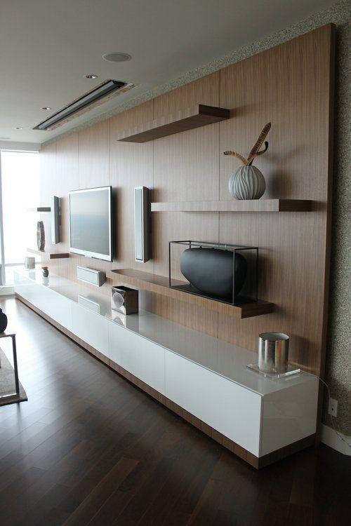 tv murale avec étagères