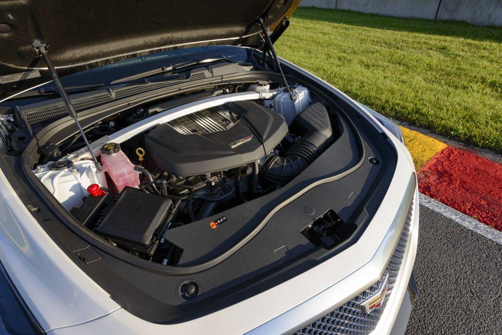 Cadillac CTS-V - V8 de 6,2 litros com 650 cv e 87,1 mkgf de torque. A força é moderada por uma caixa automática de oito marchas,  desempenho de supercarro: 0-100 km/h em 3,7 segundos, com máxima de 322 km/h.