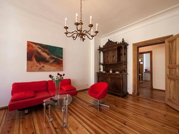 Rotes Sofa ist das Eye-catching des WohnzimmersIm Hintergrund steht - Schrank Für Wohnzimmer