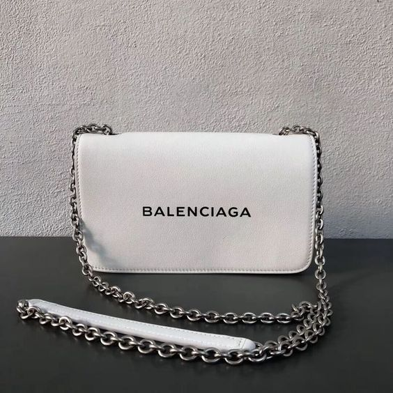 28 Iconic and Fashionable Chain Bags Worth Having  #Handbags #Outfits #Uncategorized Women's bagsbags diy #bags