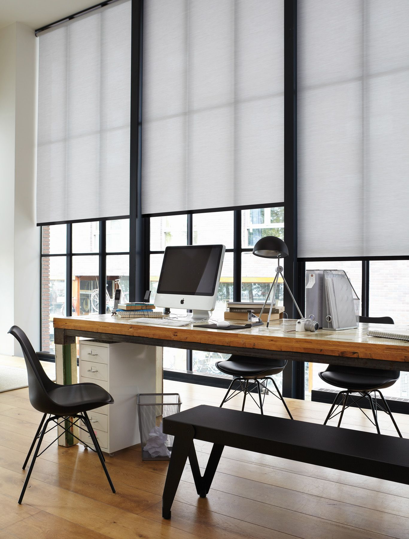 style industriel de grands stores rouleaux blancs devant de sbaies vitr es cr ent un espace. Black Bedroom Furniture Sets. Home Design Ideas