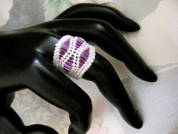 A beautiful herringbone ring! Made of Japanese seed beads in white and fuschia & Japanese cube beads in fuschia.  It measures 7/8(2,3cm) at the