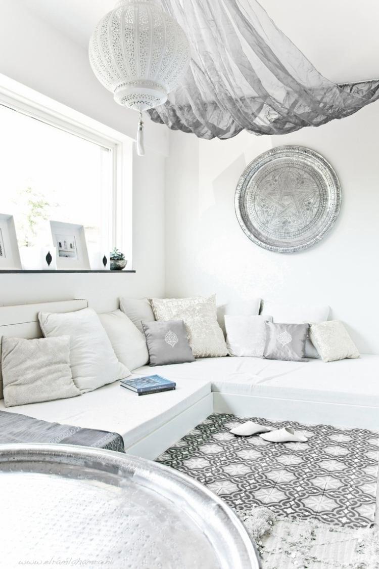 Chambre à Coucher Blanche Avec Un Banc Blanc, Coussins En Blanc Et Gris,  Ciel
