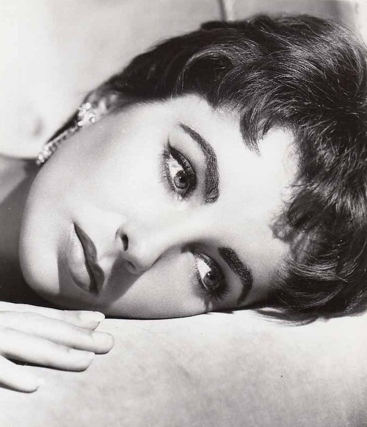 Elizabeth Taylor - Elegance is the only beauty that never fades