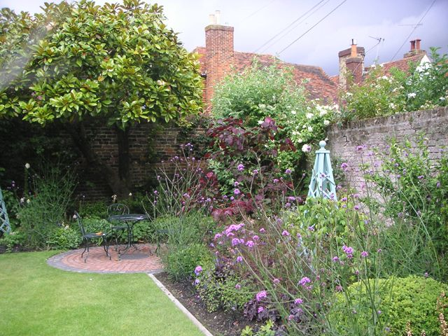Small cottage garden design ideas gorgeous gardens for Small walled garden ideas