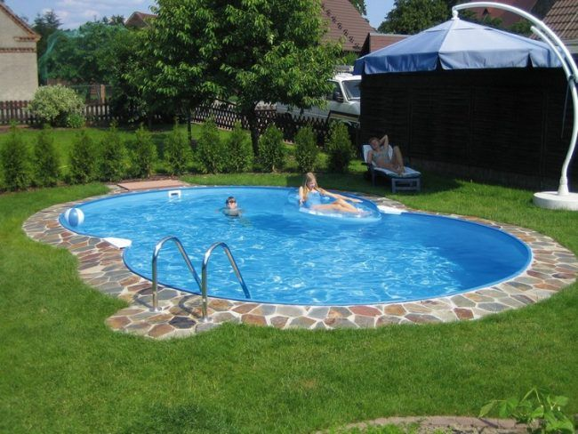 Perfect swimmingpool eigenen garten naturstein rand rasenflaeche