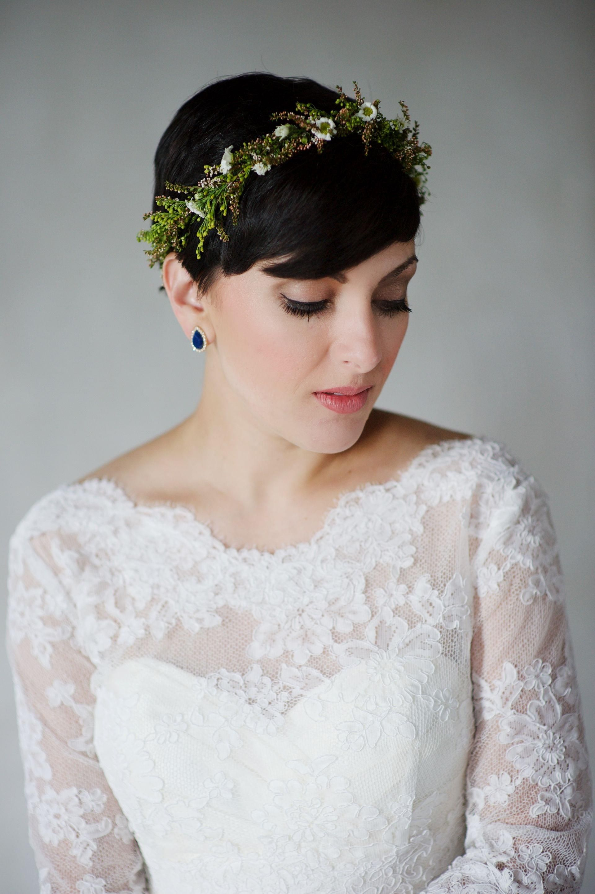 Corte de duendecillo, peinado corto de novia, corona de flores verdes naturales // Justin Wright P …