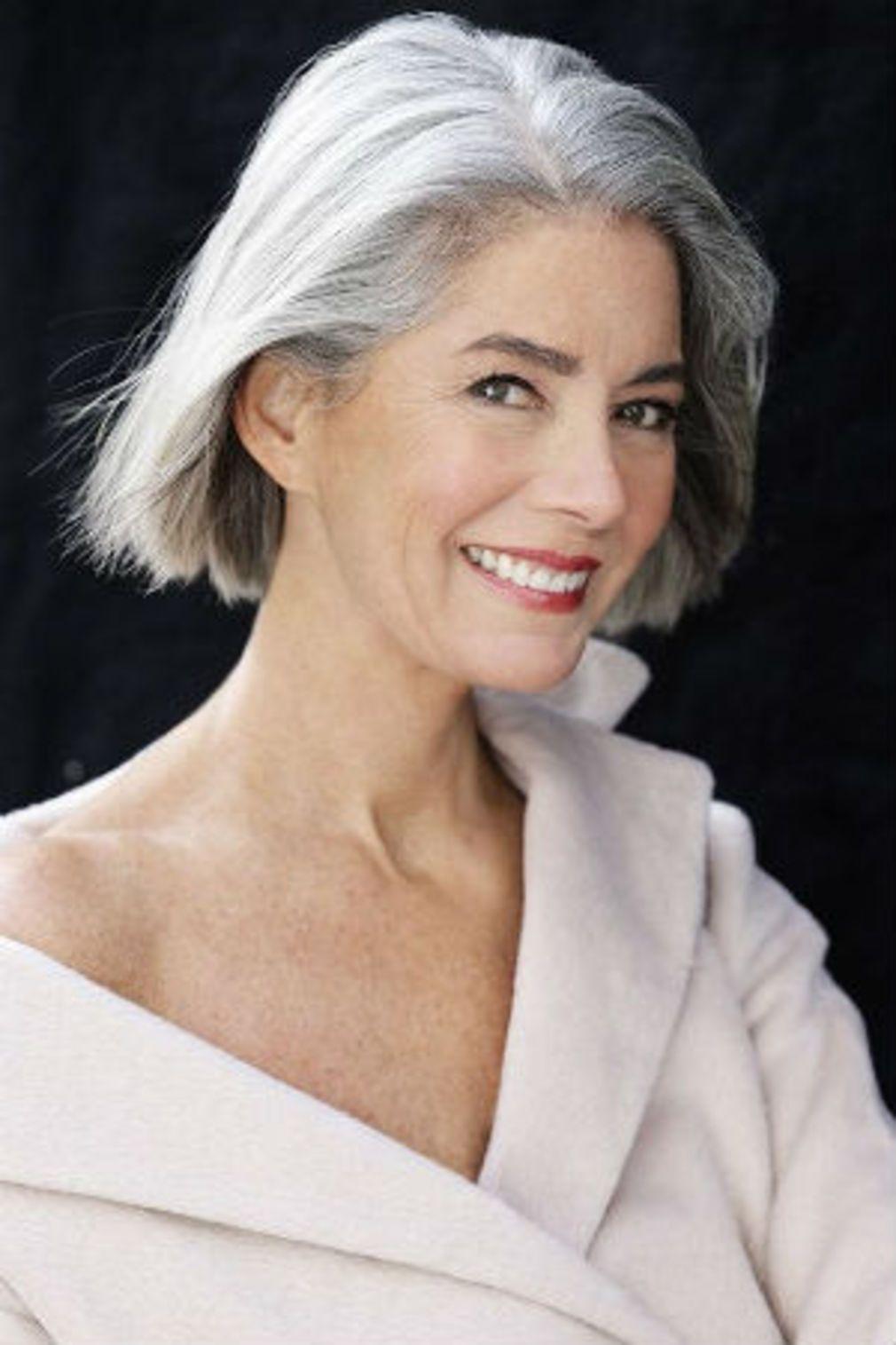 Cheveux gris les coiffures qui ne font pas mamie