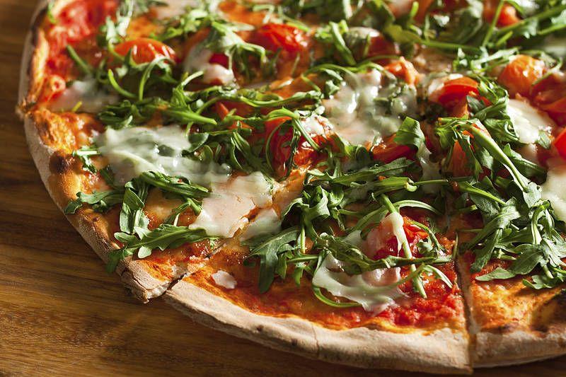 Roomalaisen pizzan salaisuus on rapea ja ohut pohja sekä runsaat täytteet. Napolilaisen pizzan pohja on sen sijaan pehmeä  #Italy #Aurinkomatkat
