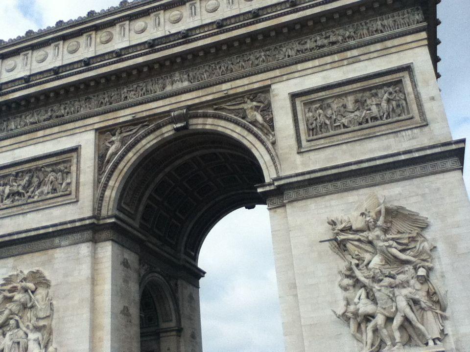Arch Du Triomphe. Jeg rakk neste ikke å ta bilde. Vi var ombord hoppe-av-og-på bussen. Anbefales da man får da oversikt over hvor ting ligger.