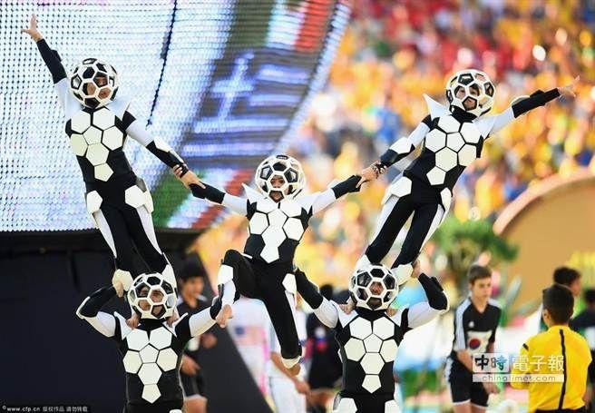 開幕式表演之足球精靈表演。(圖/騰訊體育)