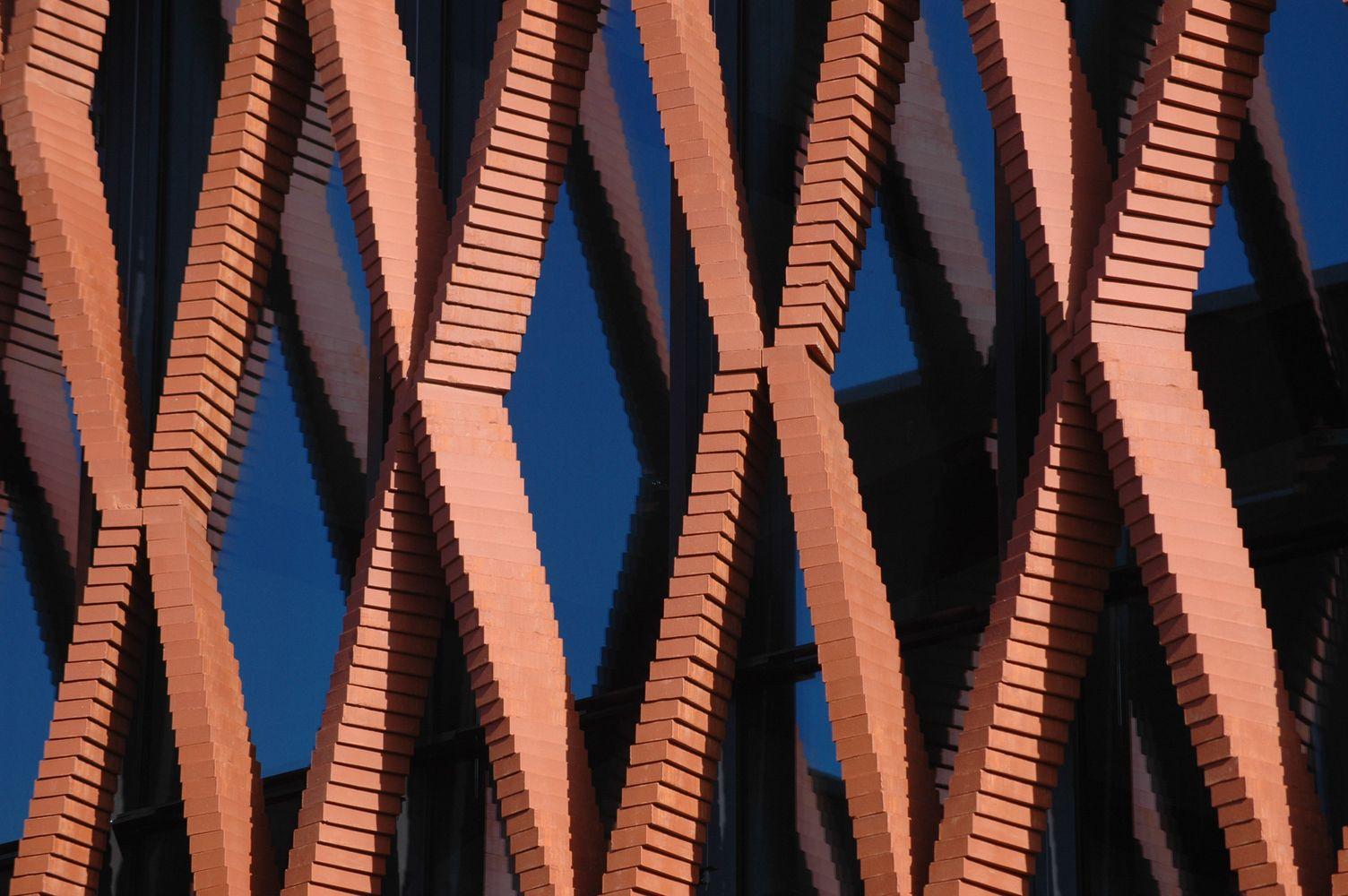 Gallery - Gramazio Kohler's Robotic Arm Creates an Elegant Twisting Brick Facade - 2