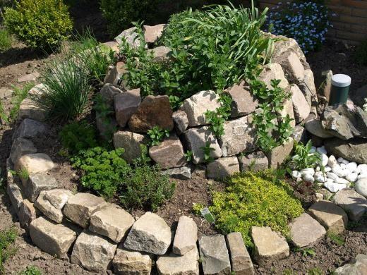 Kräutergarten in Form einer Kräuterschnecke 정원 Pinterest - garten gestalten mediterran