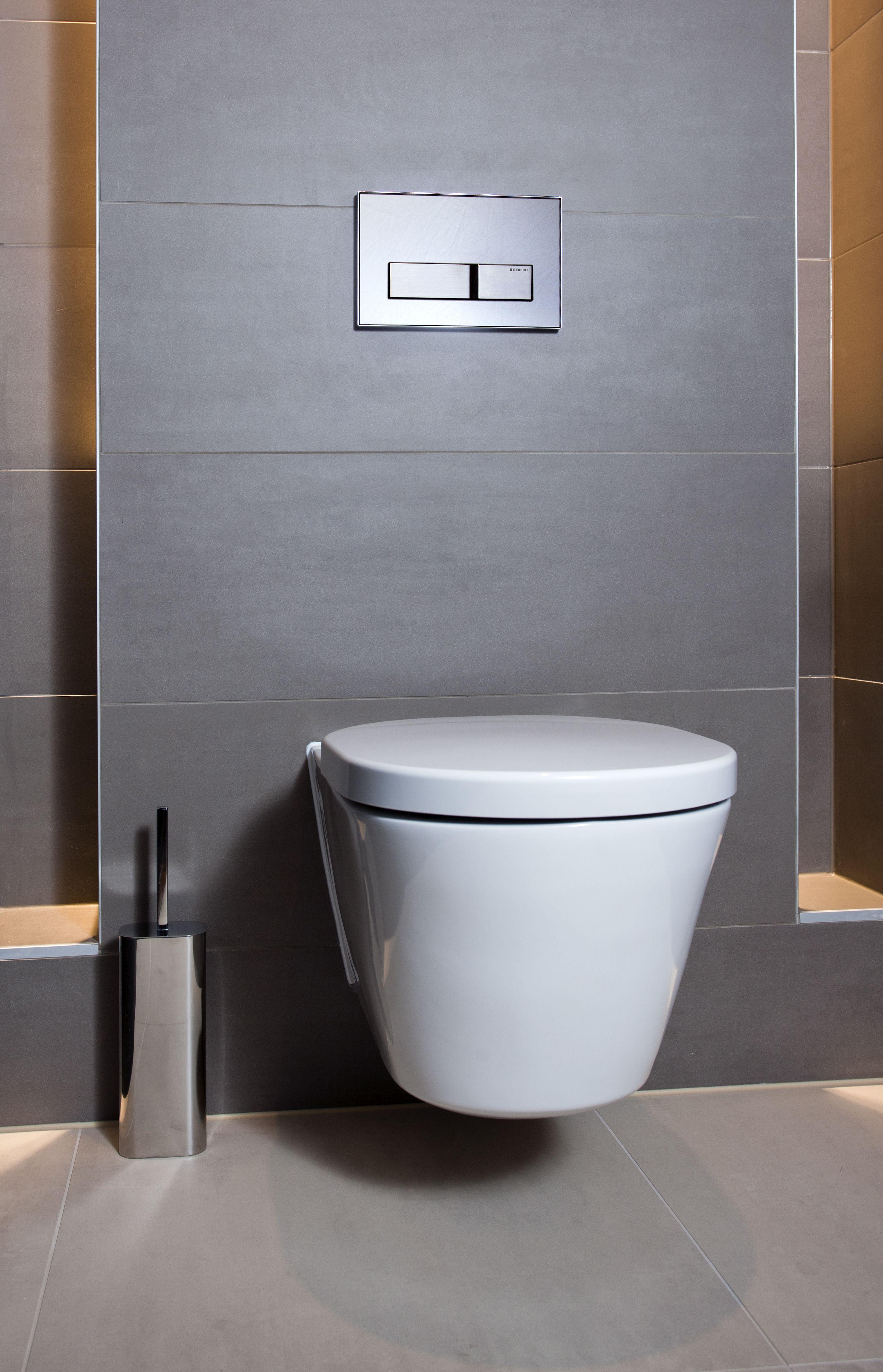 Het toilet in de natuurlijke badkamer is strak weggewerkt en is ...
