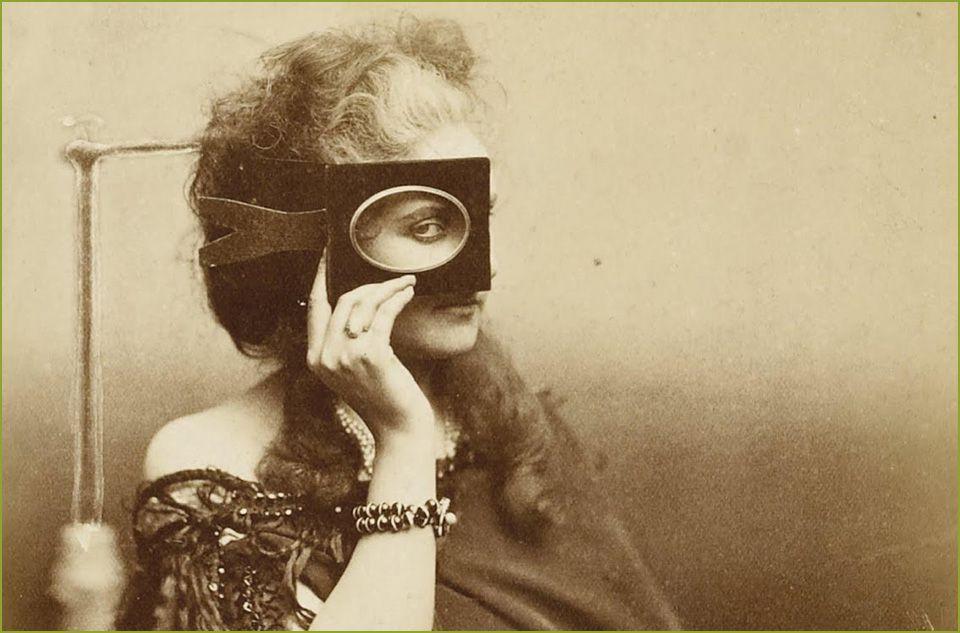 Neste artigo de Neide Jallageas, conheça Virginia Oldoini, Condessa di Castiglione, pioneira em unir fotografia, performance e discutir identidade feminina.