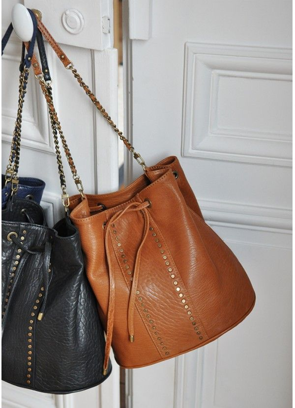 i've been looking at a few purses in this style lately but I have a hard time committing to a purse! still mulling it over haha