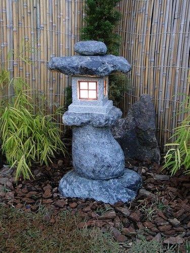 A Lanterna de Pedra é essencial para você criar ou incrementar o seu Jardim Japonês. Um toque da cultura e tradição japonesa em peças artesanais, esculpidas em pedra sabão!  Dicas e modelos em nosso site!
