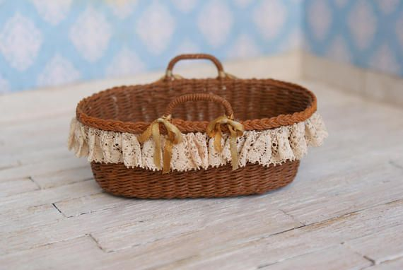 A miniature Moses basket, entirely handwoven. Perfect for 1:12 scale. I ship only with registered mail.