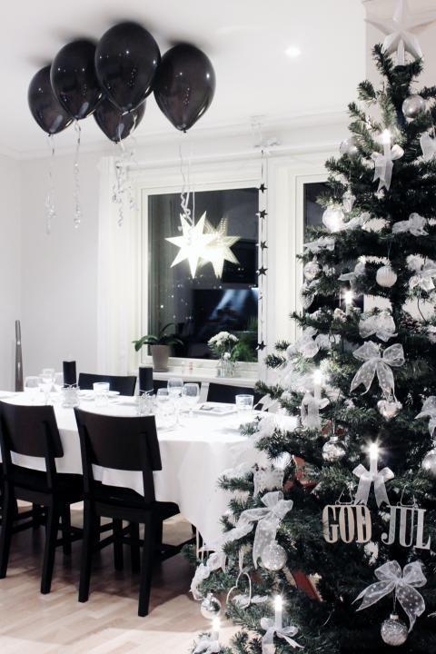31 Modern Black And White Christmas Decor Black Balloons Up Digsdigs White Christmas Decor Black Christmas Decorations Christmas Decor Inspiration