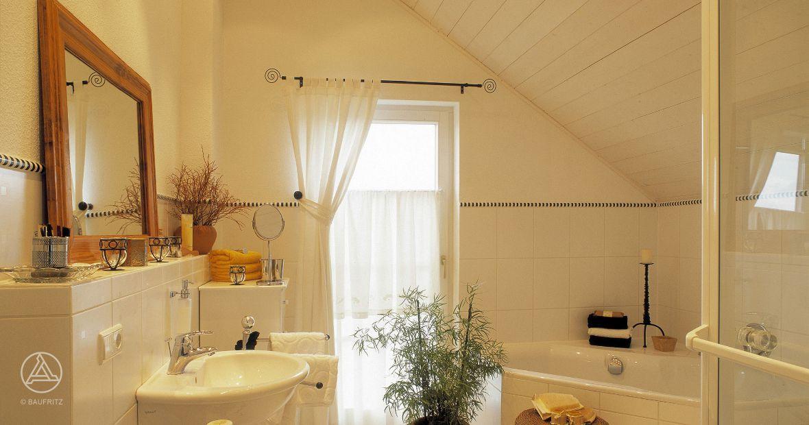 Das gemütliche Badezimmer mit Eckbadewanne lädt zum Entspannen ein ...
