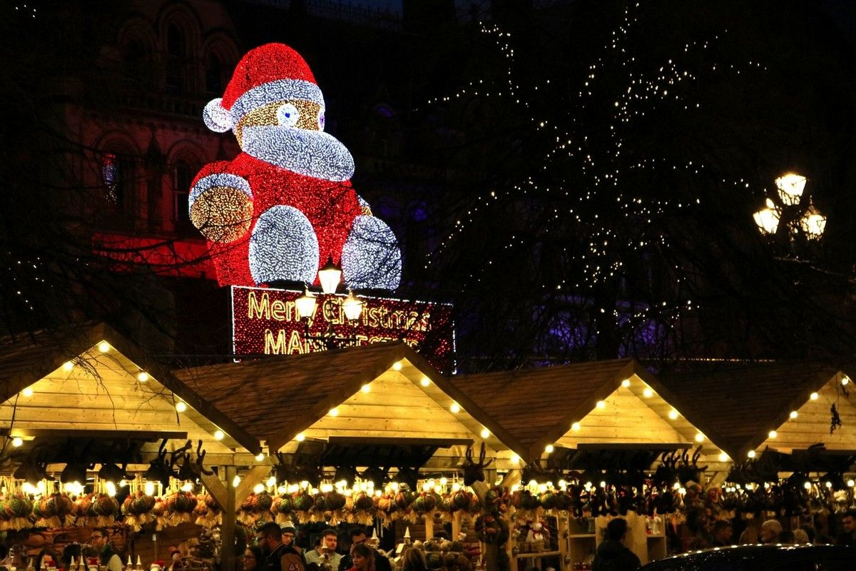 Manchester Christmas Markets Depends On Four Basic Elements Tree Up Lights On Zippy On The Roof And Markets Running See More Cliking On T Diy Christmas Lights Christmas Lights Christmas Diy