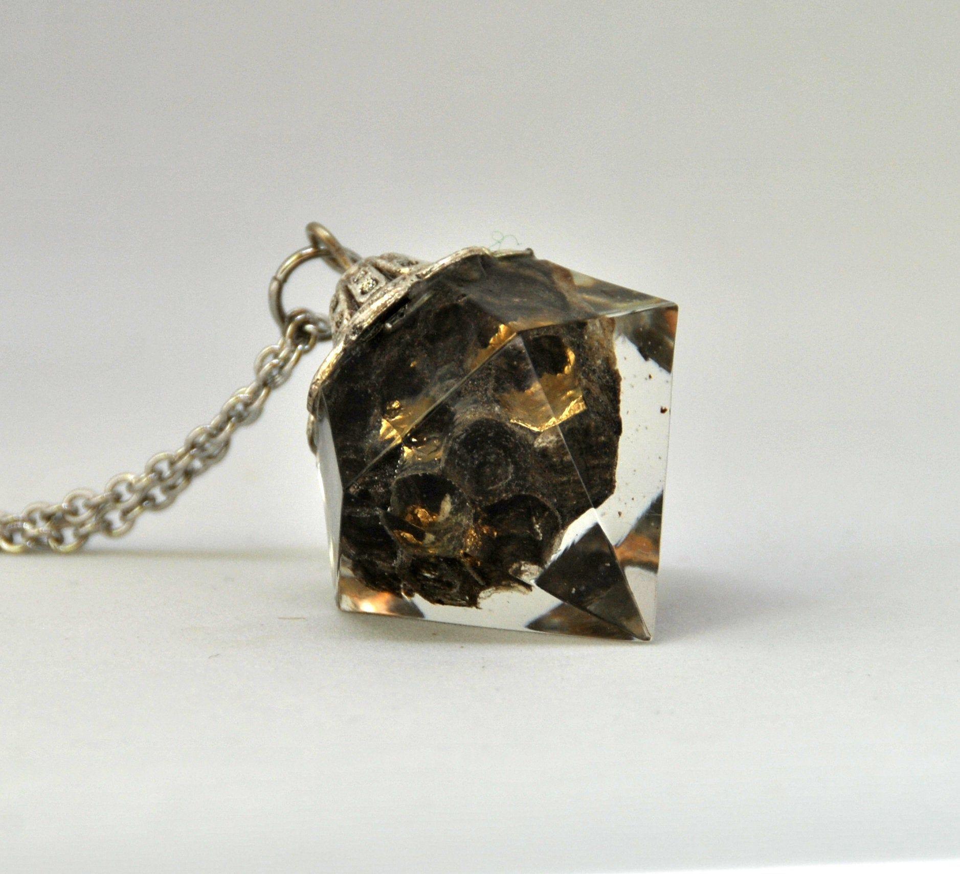 Collana natura, alveare di vespe incluso nella resina, forma diamante, sfoglie oro Un alveare abbandonato diventa un bellissimo gioiello