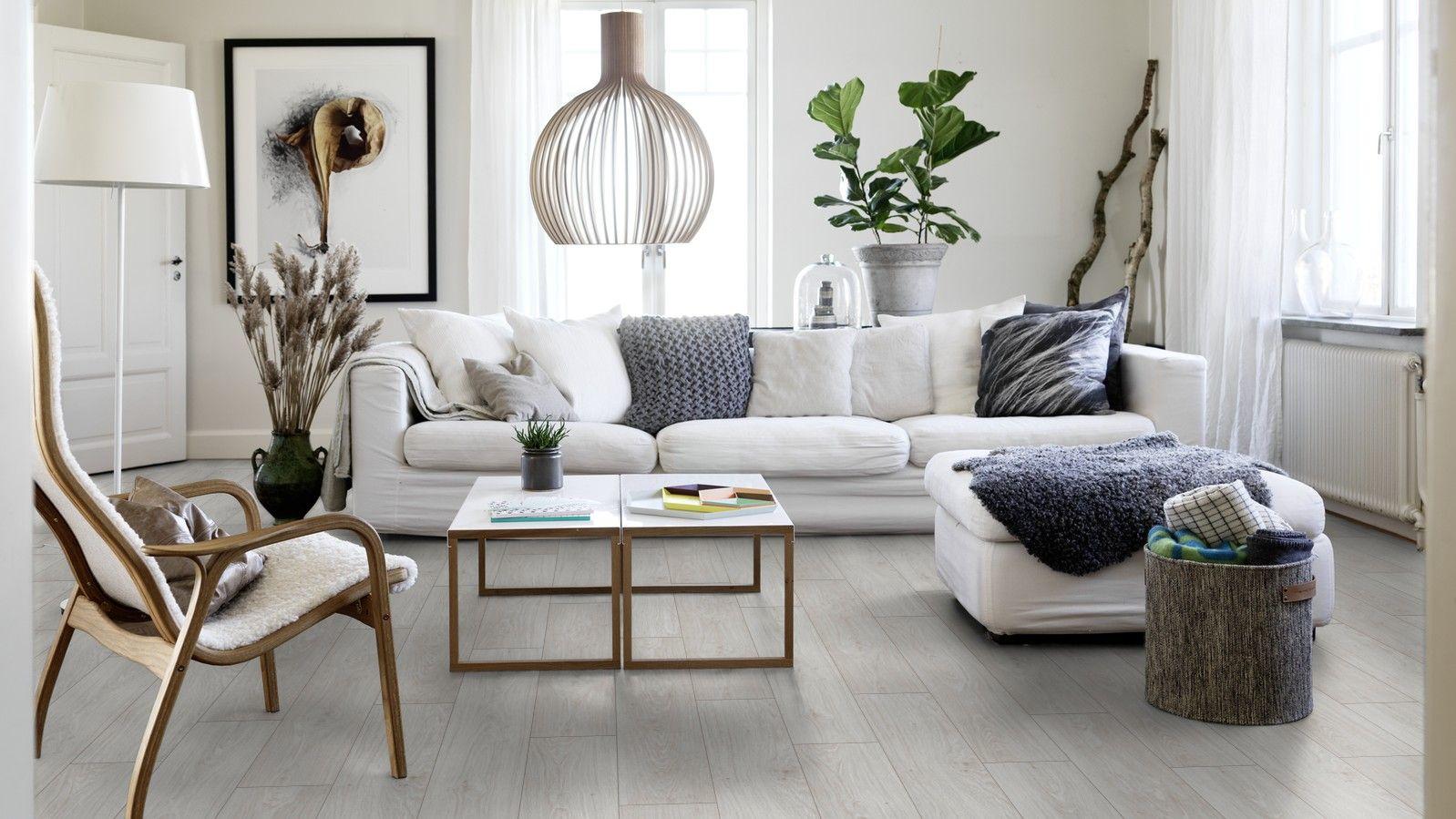 Pergon vinyylilattia näyttää aidolta puulattialta, mutta kestää sitä paremmin kovaa kulutusta ja jopa vettä. Kuvassa skandinaaviseen kotiin sopiva sävy valkoinen tammi.