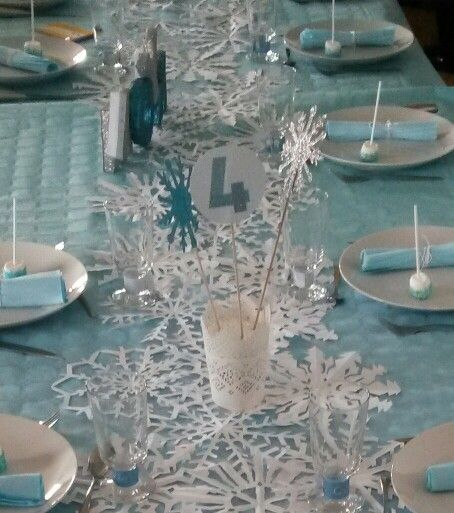 anniversaire reine des neiges 4 ans d co de table petits pots en centre de table pour l. Black Bedroom Furniture Sets. Home Design Ideas