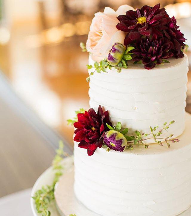 Talk about too sweet to eat! #weddingcake #weddingideas #weddinginspo {Photo: @ashleytiltonphotography}