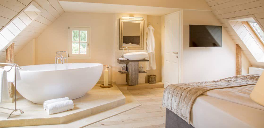schlafzimmer mit badewanne schlafzimmer in 2019. Black Bedroom Furniture Sets. Home Design Ideas