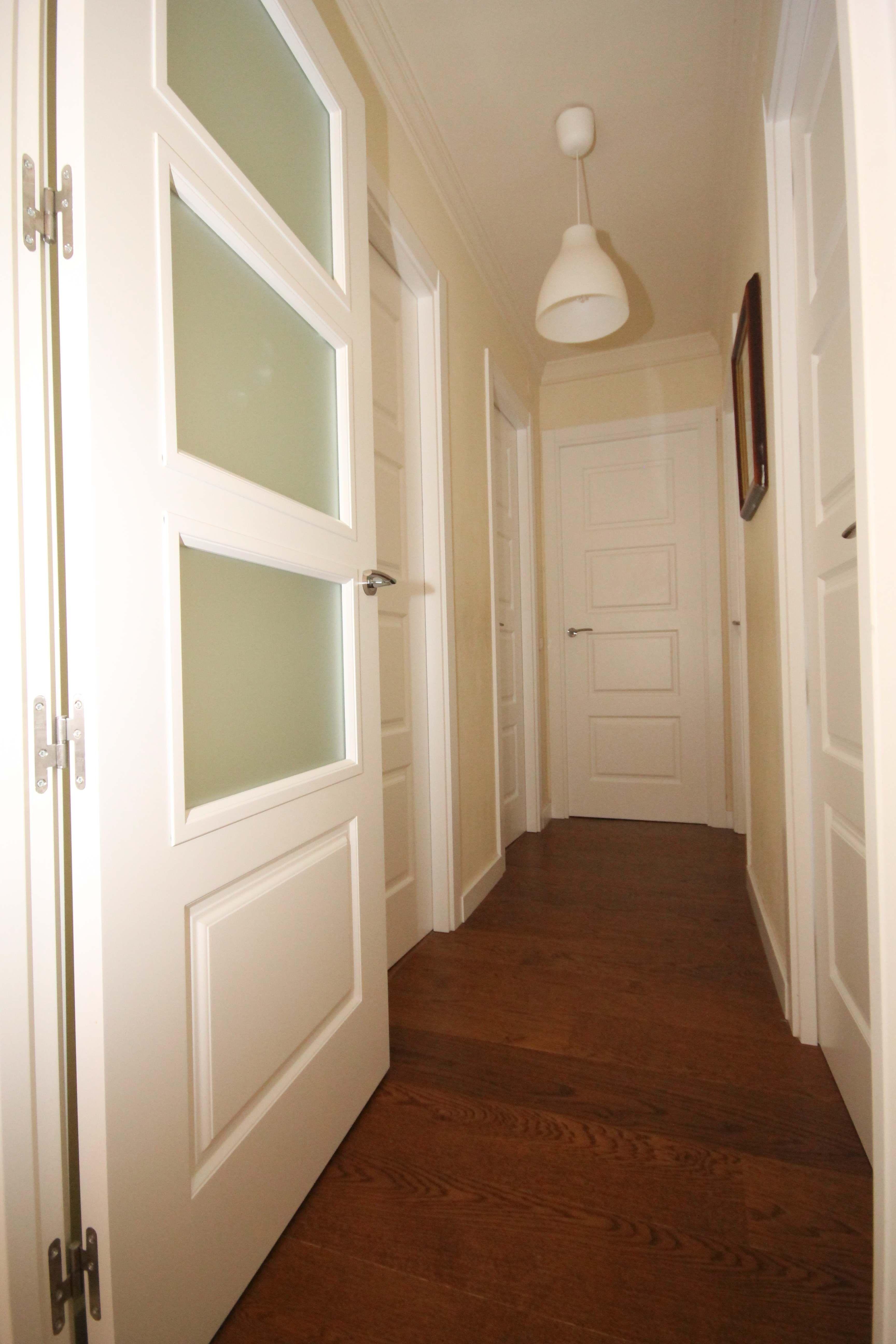 Puertas lacadas en blanco con tarima flotante Grato