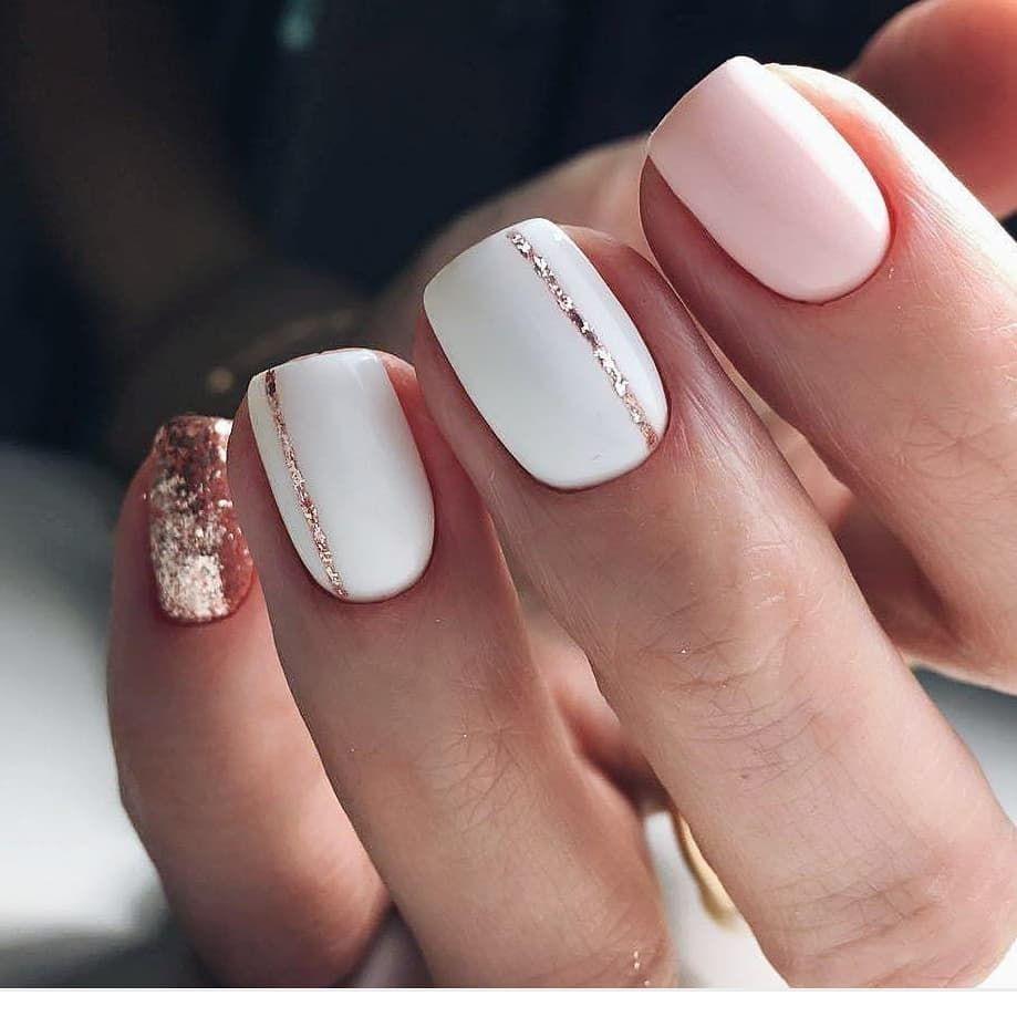 Amazing Short Acrylic Glittery White Nails With One Glittery Nail And Pinky Nail Gold Glitter Nails Short Acrylic Nails Cute Spring Nails