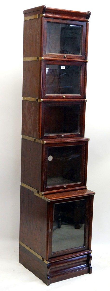 Een teakhouten Globe Wernicke-stijl boekenkast met glazen deurtjes ...