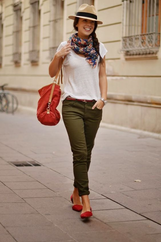 Vestido verde militar con zapatos rojos