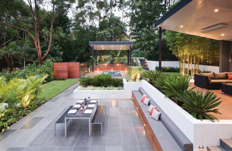 Terrasse Mit Fliesen Verlegt Rasenfläche Und Stauden Garten - Outdoor fliesen verlegen