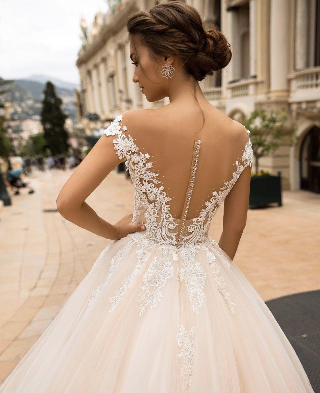 Dos et applications texturés parfaitement détaillés flottant sur la jupe ample. N'est-ce pas une robe de rêve?    – Cote d'Azur Collection – Viero Bridal