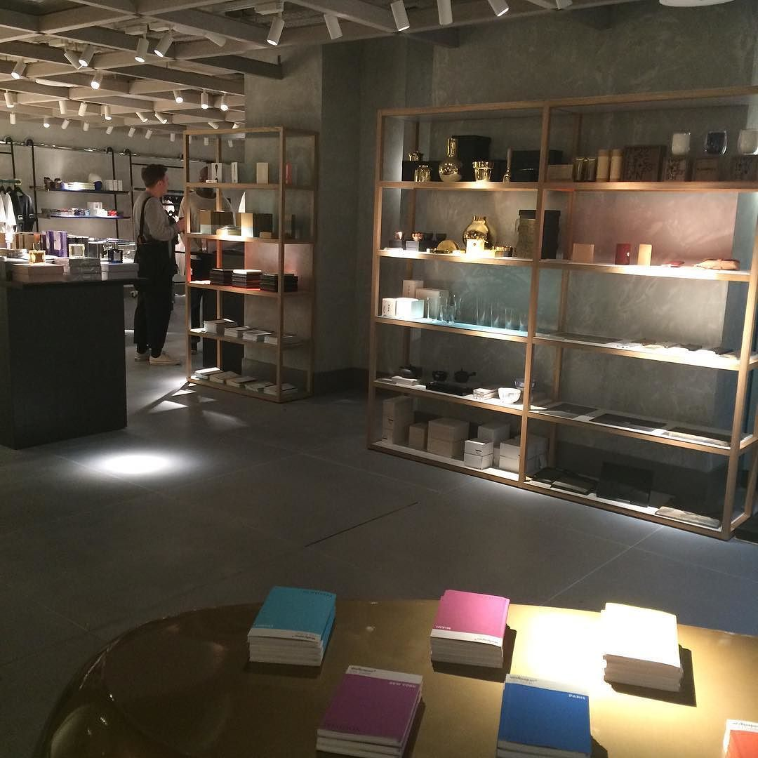 This room is full of beautiful objects next to a cocktail bar  barber. Shopping for mens clothes has never been so much fun! Oh and there's an entire bookcase of #markandfold #modernstationery #paper #notebooks #understated #design #everydayluxury #mensstyle @harveynichols @harveynicholsmen