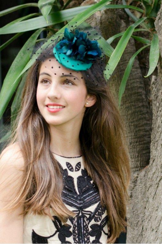 846925ad Tocado casquete raso y flores de pluma con tul plumeti | Tocados ...