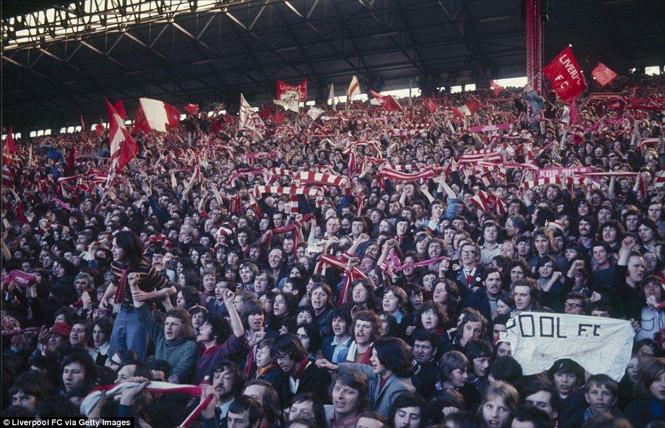 Peminat Liverpool ketika menonton perlawanan derby menentang Everton di Anfield pada tahun 1974.