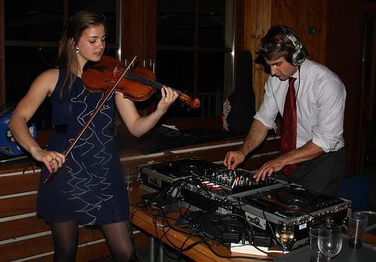 Viool muziek samen met de muziek gedraaid door de DJ. Een erg bijzondere, maar mooie combinatie! Violiste Marjolein is geschoold in lichte muziek, met uitstapjes naar jazz. Inmiddels heeft ze al op vele privèfeesten, studentenfeesten en bedrijfsfeesten samen met de DJ gespeeld.